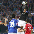 Stăpînul spaţiului aerian la Gelsenkirchen, Manuel Neuer cîştigă două milioane de euro anual şi mai are un sezon contract cu Schalke  Foto: Gulliver/ GettyImages