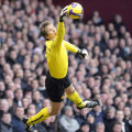 3 milioane de euro a dat Manchester United, în 2005, pentru a-l lua pe Van der Sar de la Fulham Foto: Reuters