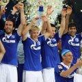 Raul şi colegii săi sărbătoresc cîştigarea primului trofeu al sezonului