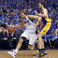 Dirk Nowitzki (stînga) şi Pau Gasol, într-un duel din NBA Foto: Reuters