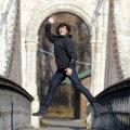 """Anca încearcă să ajungă cît mai sus pe podul din Parcul """"Nicolae Romanescu"""" din Craiova."""