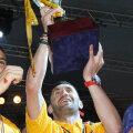 Gabriel Paraschiv cu trofeul Ligii 1.