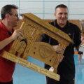 Poarta maramureşeană acordată ca premiu are o greutate de 15 kilograme (sursa foto:emm.ro)