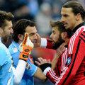 Zlatan (dreapta) îl loveşte mişeleşte pe Aronica