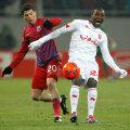 Ovidiu Dănănae n-a reuşit să-l blocheze pe Ola John în meciul tur cu Twente Foto: Raed Krishan