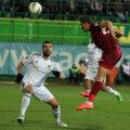 Constantin îl priveşte admirativ pe Ronny cum deschide scorul