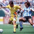 3 iulie 1994, Los Angeles. Ziua cînd marele Batistuta a fost depăşit de tenacitatea lui Dorinel Munteanu: România - Argentina 3-2, la CM 1994. În medalion, Batigol în varianta 2010, cînd a fost ambasador al candidaturii Qatarului pentru CM 2022 // Foto: Guliver/GettyImages