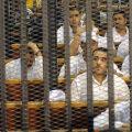 O parte dintre acuzaţii închişi în cuşti în sala de judecată. În medalion, un fan bătut în timpul incidentelor de la 1 februarie // Foto: Reuters