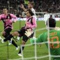 Pirlo poate deveni campion și cu Juve după două titluri cu Milan. Contra Romei a marcat în urma unui penalty inițial ratat (foto: Reuters)