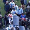 Jucătorii lui Sportivo Fernandez se apără de neașteptatul atac