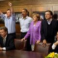 Barack Obama, încadrat de David Cameron (cu mîinile ridicate) şi de Angela Merkel // Foto: Reuters