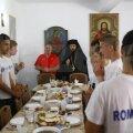 Antrenorul și jucătorii se roagă cot la cot cu starețul Mihail Tărău