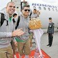 Pepe şi Cristiano în faţa aeronavei Romavia