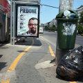 Pista pentru biciclişti ocoleşte şerpuitor afişul lui Piedone