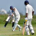 """Indianul Ruben, unul dintre cei mai buni jucători ai """"naţionalei"""" Romîniei de cricket, loveşte mingea şi face iar puncte în disputa cu Bulgaria"""