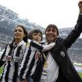 Antonio Conte, împreună cu soția Elisabetta și fetița Vittoria, riscă să-și ia adio de la Ligă // Foto: Reuters
