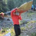 Victor Mihalachi își cară cu atenție canoea spre apă pentru a începe antrenamentul Foto: Alex Nicodim