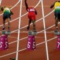 Sticla a aterizat în spatele sprinterilor chiar înainte de start (foto: Reuters)
