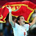 Marija, fericită, fluturînd steagul Muntenegrului // Foto: Reuters