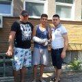 FOTO: Facebook / În centru, suporterul căruia i-au fost tăiate tendoanele, iar în stînga este cel care i-a salvat viaţa, legînd acel fular în loc de garou