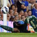 Petr Cech priveşte speriat cum mingea ricoşată din el se îndreaptă spre plasă // Foto: Reuters