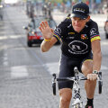 Armstrong îşi ia adio de la toate cele şapte tururi ale Franţei cucerite în cariera sa.