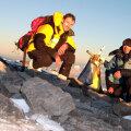 Cei doi alpinişti români, în vîrful muntelui.