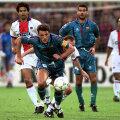 Urmărit de Guardiola, Gică Popescu (căpitanul Barcei) cîştigă încă un duel în finala Cupei Cupelor din 1997, 1-0 cu PSG // Foto: Reuters