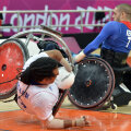 În rugby, răsturnările adversarilor sînt foarte dese. Mingea, în schimb, nu e ovală, ci rotundă