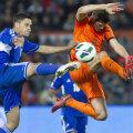Huntelaar (dreapta) a evitat orice contact dur cu agresivii adversari // Foto: Reuters