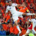 Ciocnirea Niculae-Heitinga de la Euro 2008 nu se va repeta mîine. Batavul e titular şi are ca inamic generaţia Torje
