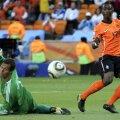 Elia (dreapta), în meciul cu danezii, de la CM 2010 // Foto: Reuters