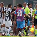 Jucătorii Cataniei protestează vehement după ce arbitrii i-au refuzat un gol acordat inițial // Foto: Guliver/GettyImages
