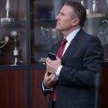 Serghei Bubka în faţa vitrinei cu trofee din sala de consiliu a FRA // Foto: Cristi Preda