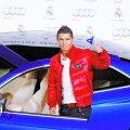 Ronaldo, alături de una dintre multele sale maşini.