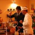 Roger Federer pregătind ciocolată după reţeta elveţiană