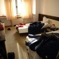 Așa arată o cameră de hotel în care sînt cazați steliști. Are LCD, internet și aer condiționat