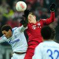 Bavarezul Schweinsteiger, în roșu, a ajuns din nou la minge înaintea fundașilor adverși