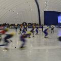În viteza cursei, patinatorii de short-track par nişte năluci colorate // Foto: Raed Krishan
