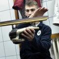 În vestiar, Emil Imre cercetează patina cu podul palmei // Foto: Raed Krishan