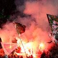 """După ce la prînz au făcut dezordine în centrul Romei, fanii germani au incendiat seara """"Olimpico"""" // Foto: Reuters"""