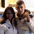 Emil Imre, aici alături de cea mai mare gimnastă din istorie, Nadia Comăneci, arătîndu-şi medalia de aur cucerită în proba de 1.000 m la short-track // Foto: Raed Krishan