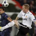 Lavezzi (stînga), atacantul lui PSG, închide ochii în duelul cu Parejo // Foto: Reuters