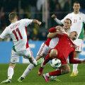 Ungurii Vanczak şi Koman (în alb) îl lovesc pe Burak, rupînd acţiunea turcilor // Foto: Reuters