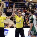 Momentul în care cei doi arbitri germani îi arată lui Amorim eliminarea de 2 minute // Foto: Alex Nicodim