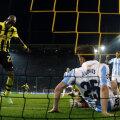 Acesta este golul contestat de lumea întreagă: Santana (stînga) marchează din ofsaid şi Borussia se califică în al treilea minut de prelungire // Foto: Reuters