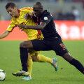 Puternicul şi agresivul Martins Indi (dreapta) îl striveşte pe Torje la 4-1 pe Naţional Arena // Foto: Raed Krishan