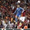 Ronaldo, spectaculos şi în duelurile aeriene, îşi depăşeşte clar adversarul // Foto: Reuters