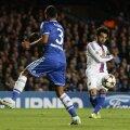 Salah, dreapta, trage pe lîngă Ashley Cole și egalează // Foto: Reuters