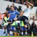 Mata, în albastru, n-a putut fi oprit de jucătorii lui Tottenham. Sigurdsson încearcă în zadar să-l blocheze